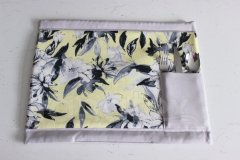 Prostírání s příborníkem lem šedý - vnitřní část květy na světle žlutém podkladu textilní prostírání na stůl