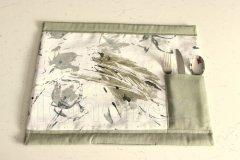 Prostírání s příborníkem lem olivově zelený - vnitřní část abstrakce šedá textilní prostírání na stůl