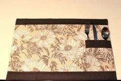 Prostírání s příborníkem lem černý - květy na béžovém textilní prostírání na stůl