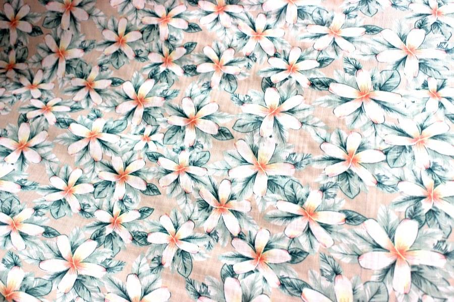 Viskóza 100% - Bílé květy na béžové - metráž viskóza 100%